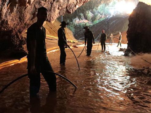 Enfants dans une grotte en Thaïlande: les embûches sur le chemin de la sortie