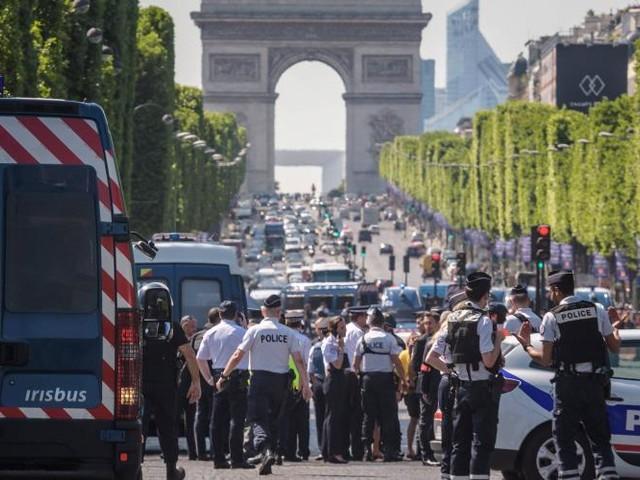 Attentat raté sur les Champs-Élysées. Les proches de l'assaillant relâchés