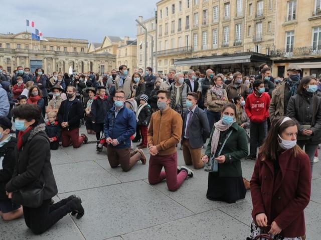 Devant la cathédrale de Bordeaux, au moins 300 catholiques manifestent pour le retour des messes