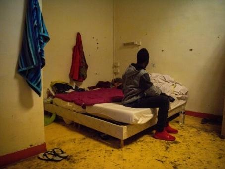 A Marseille, des migrants s'entassent dans un squat devenu trop étroit