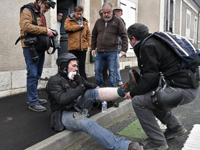 """Violences policières: pour couvrir les gilets jaunes, les photoreporters se protègent """"comme pour aller à la guerre"""""""