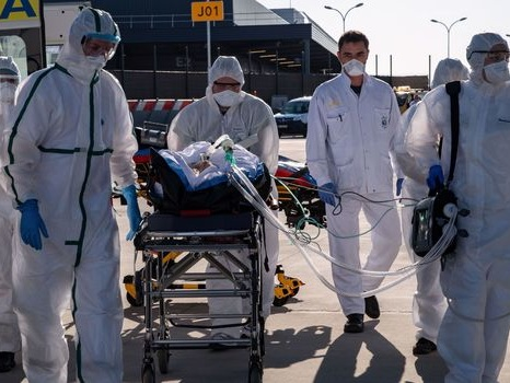 Coronavirus: 60.000 morts dans le monde, le masque s'impose peu à peu