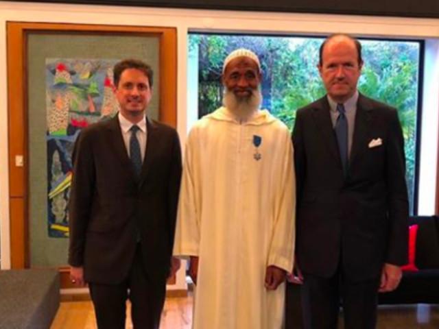 L' Ambassadeur de France au Maroc remet l'Ordre du Mérite au jardinier de la Résidence de France