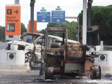 """Incendie du péage de Narbonne: 12 """"gilets jaunes"""" interpellés (parquet)"""