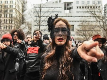 """""""Le violeur, c'est toi"""": la chorégraphie chilienne reprise devant le procès Weinstein"""