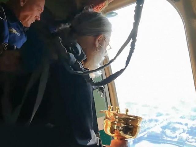 [Zone 42] WTF ! Pour lutter contre l'alcoolisme et la fornication, des prêtres russes déversent de l'eau bénite depuis un avion !