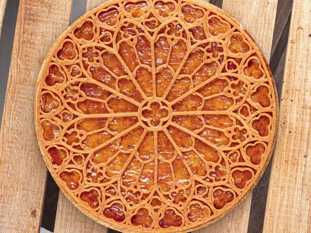 Cette galette des rois Notre-Dame reproduit parfaitement la rosace de la cathédrale
