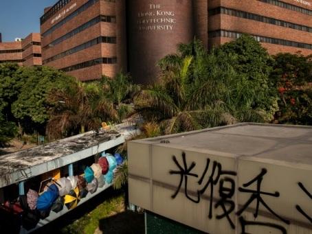 Hong Kong: le siège du campus continue, passe d'armes entre la Chine et les Etats-Unis en vue