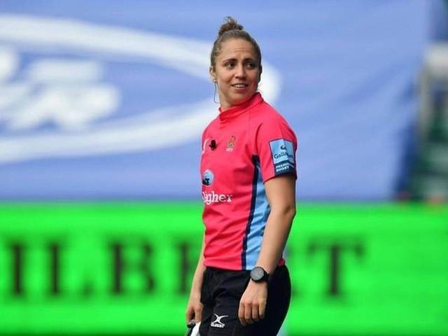 Qui est Sara Cox, la première femme à arbitrer un match dans l'élite du rugby anglais?