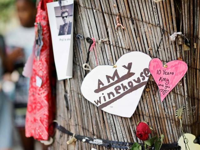 A Londres, les fans d'Amy Winehouse lui rendent hommage, 10 ans après sa mort