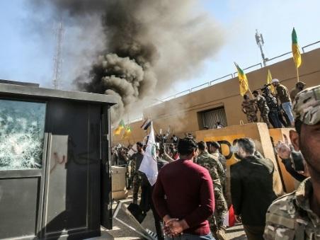Une foule d'Irakiens en colère prend d'assaut l'ambassade américaine à Bagdad