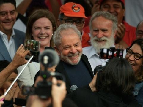 """""""Victoire"""", """"enfin"""": des responsables de gauche saluent la libération de Lula"""