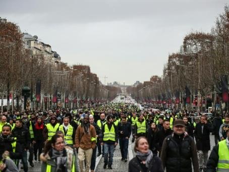 """Pour l'anniversaire du mouvement, des """"gilets jaunes"""" appellent à retourner sur les Champs-Elysées"""