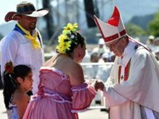 Le pape rend hommage aux victimes de la dictature et condamne la violence au Chili