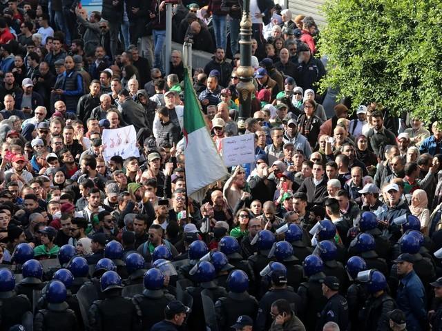 Algérie: Les bureaux de vote ouvrent pour une présidentielle rejetée par la contestation