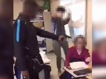 Créteil : un lycéen braque sa prof en classe pour qu'elle le note « présent »