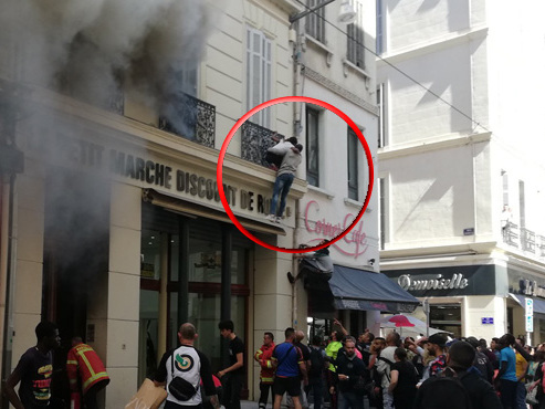Incendie à Marseille: 3 enfants sauvés par des passants depuis la fenêtre de leur appartement (photos)