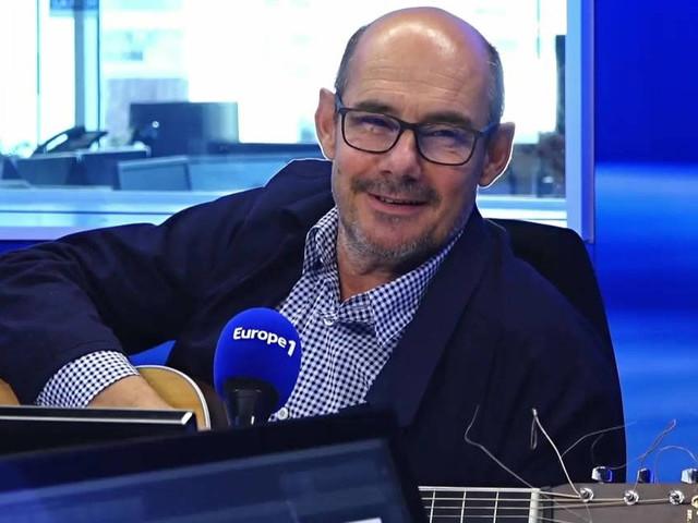 """VIDÉO EUROPE 1 - Bernard Campan interprète """"Julia"""", des Beatles, à la guitare"""