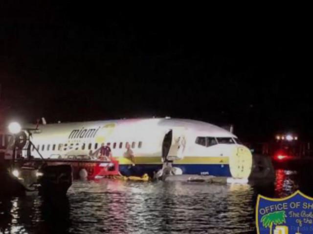 VIDÉO - Floride : un Boeing 737 rate son atterrissage et finit dans une rivière