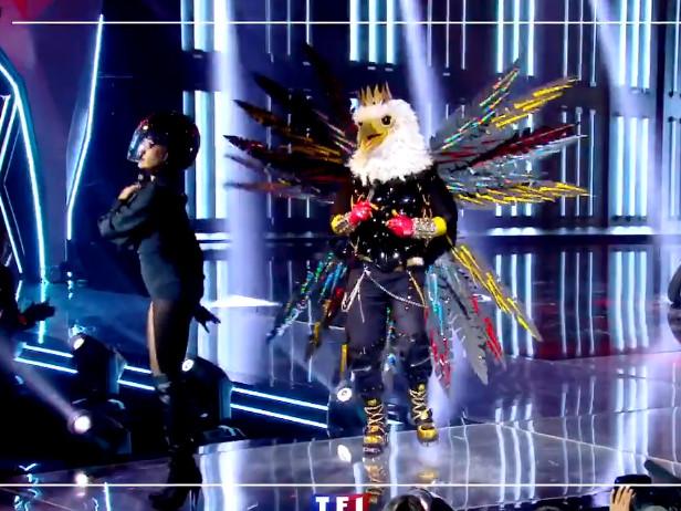 Mask Singer : l'aigle fait une incroyable chute de scène en pleine prestation