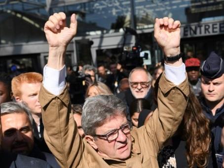 Perquisition à LFI: Mélenchon et cinq de ses proches fixés lundi sur leur sort