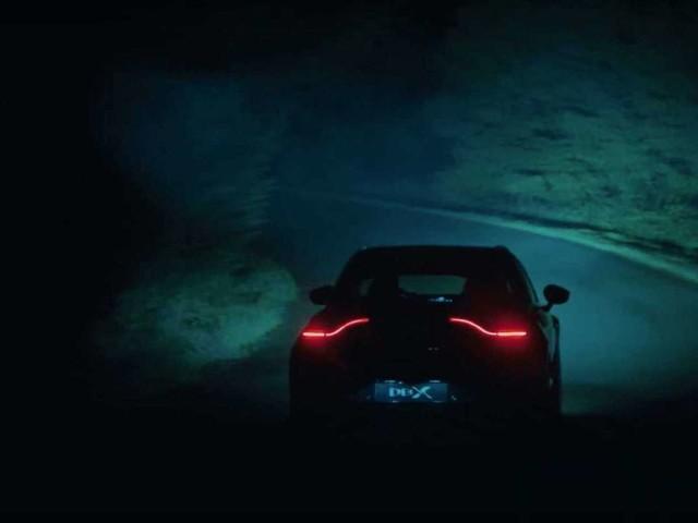 L'Aston Martin DBX sort la nuit