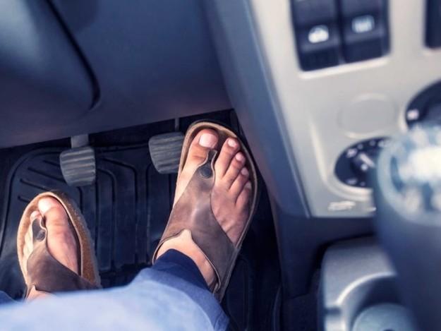 Conduireen tongs ou même pieds nus, est-ce interdit?
