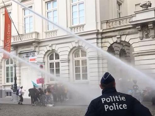 Le mouvement Extinction Rebellion manifeste sur la Place Royale: la police charge les participants (photos)