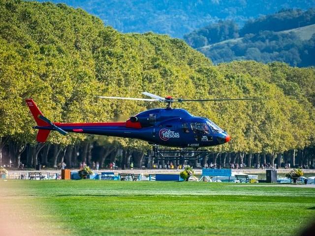 """Les hélicoptères de """"La Carte aux trésors"""" tournent au-dessus du lac d'Annecy"""