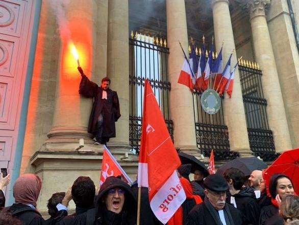 Action des avocats contre la réforme des retraites devant l'Assemblée nationale