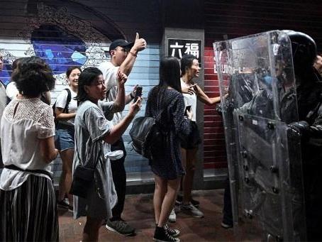 Mouvement de contestation à Hong Kong : la police de Hong Kong nie être plus clémente avec les pro-Pékin