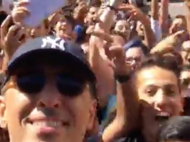 Gad Elmaleh s'offre un bain de foule devant le lycée Lyautey à Casablanca