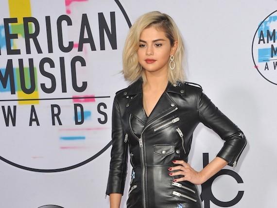 Le pull trop transparent de Selena Gomez fait le buzz