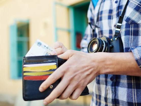 Frais bancaires à l'étranger : quelles sont les banques les moins chères ?