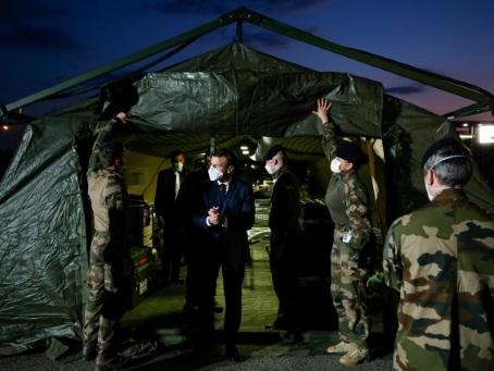 """Coronavirus: l'armée en renfort en France face à l'arrivée de """"jours difficiles"""""""