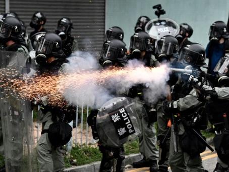 """Hong Kong: gaz lacrymogènes et balles en caoutchouc sur une manifestation """"anti-triades"""""""