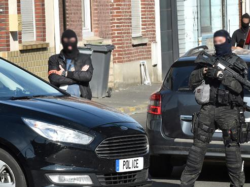 Un Français, soupçonné d'avoir projeté un attentat avec deux frères belges, présenté à un juge