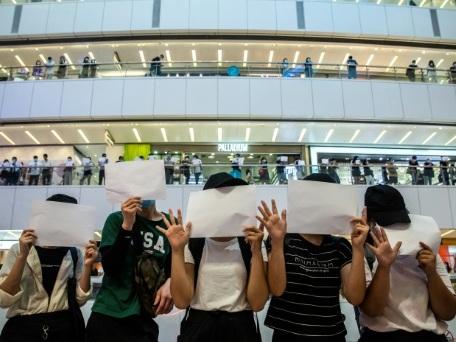 A Hong Kong, les manifestants laissent leurs pancartes en blanc