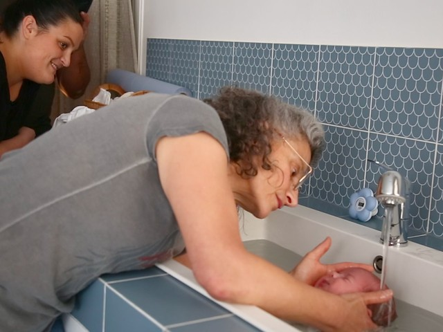Avec le Thalassa bain bébé de Sonia Krief, le nouveau-né retrouve les sensations in utero