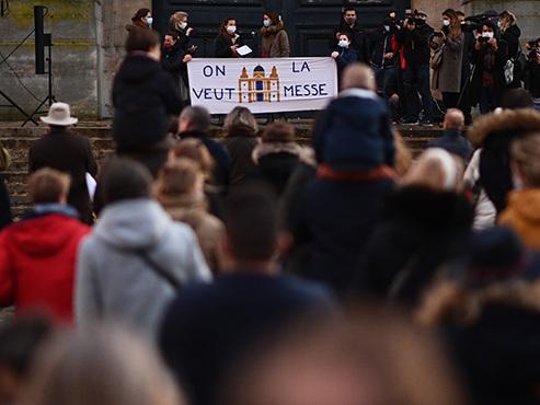 """""""Rendez-nous la messe"""": en France, des centaines de catholiques manifestent pour le retour des cérémonies religieuses (vidéo)"""