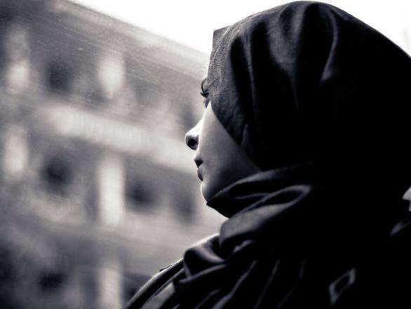 «Ils ont détruit ma vie»: celle à qui un élu RN a demandé d'enlever son voile sort du silence
