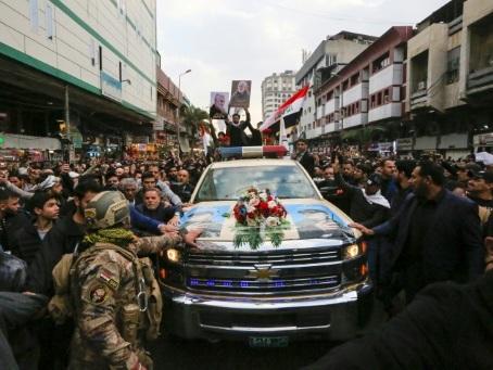 En Irak, la foule conspue les Etats-Unis aux obsèques du général iranien tué