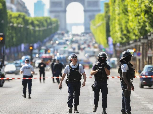Champs-Élysées: une voiture percute un fourgon de gendarmerie