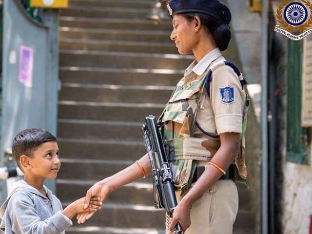 कश्मीरी बच्चे और CRPF महिला जवान की फोटो हुई Viral, लोग बोले- यह है वास्तविक भारत
