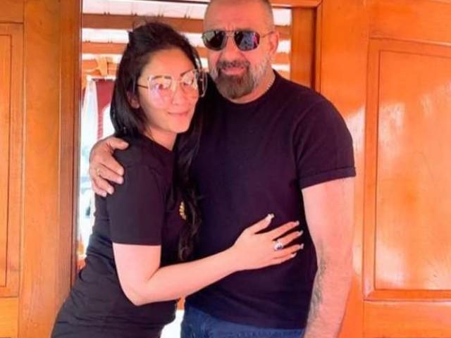 Sanjay Dutt की पत्नी की ये तस्वीर शेयर करते ही हुई वायरल, ऑफ शोल्डर वन पीस ड्रेस में इंटरनेट पर ढाया कहर
