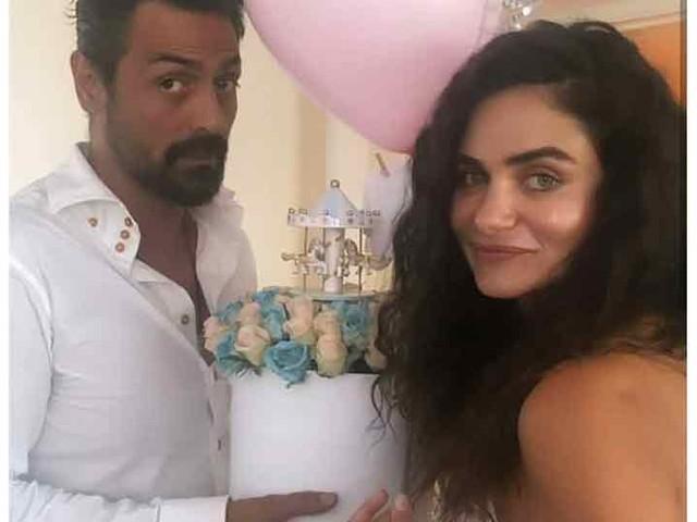 गर्भवती गर्लफ्रेन्डसाठी अर्जून रामपालची शानदार 'बेबी शॉवर' पार्टी