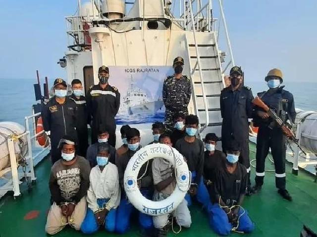 भारतीय तटरक्षक जहाज ने पाकिस्तानी नाव को पकड़ा, 13 चालक दल के सदस्यों से हो रही है पूछताछ