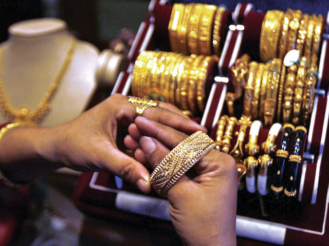 Gold price declines, silver stable
