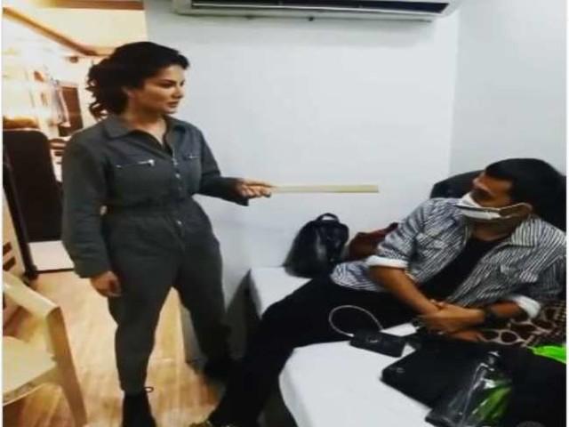 Sunny Leone ने की इस शख्स की पिटाई, वीडियो शेयर कर कहा- 'बहुत मार खाएगा बेटा'