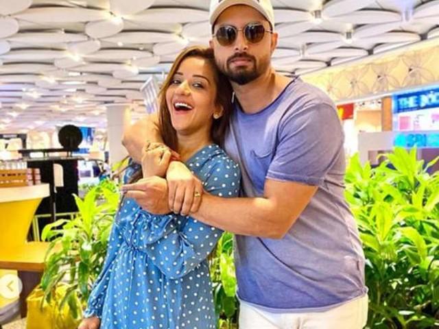 भोजपुरी एक्ट्रेस मोनालिसा ने पति के जन्मदिन पर शेयर की बिकिनी तस्वीर, पूल में पोज देने का अंदाज है चर्चा में